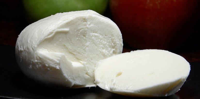 Mozzarella_cheese-825x412
